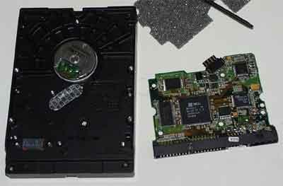 3,控制电路   硬盘的控制电路位于硬盘背面,将背面电路板的安装螺丝