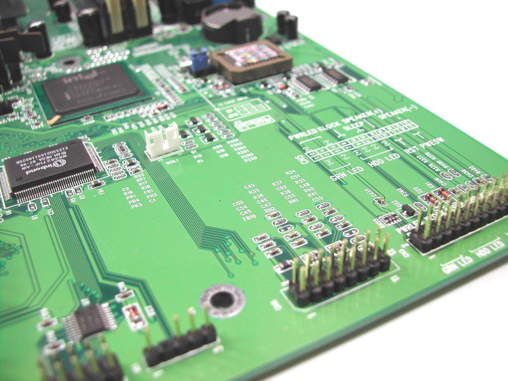这款F845G就是他们的第一批主力产品,我们可以看到这款主板与Intel的原装主板有异曲同工之妙,都是传统绿色的PCB,在主板的下半部分都没有什么设备,很宽阔,PCB板上印刷着主板上各个跳线的功能说明,非常细致。主板上有1个AGP、6个PCI和2个DIMM,没有CNR插槽。 [#img_23305_center#] [#img_23306_center#] [#img_23307_center#] 主板的接口都是公版设计的,带有4个USB接口,集成有AC97声卡。附件中应该有的一件不缺,主板说明书、驱动光