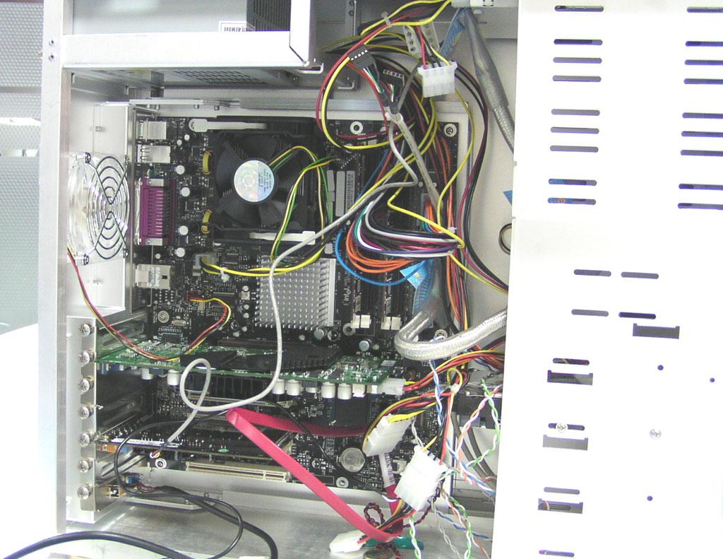 全球顶级品牌PC内部曝光  如此多的连线有点使人眼花缭乱  很多人没见过的串行ATA硬盘就藏在里面  这条TT数据线都值100多元  INTEL i875P主板集成串行ATA RAID功能的ICH5南桥。支持八个USB2.0端口和八个PCI主控设备。支持UDMA 66/100和SATA 150。  上面依然有CONFIDENTIAL字样。看来这款处理器仍是工程样品,正式零售版本的处理器的散热片上将会看到CPU主频、二级缓存容量等信息。  INTEL支持 800MHz FSB的Pentium4 3.