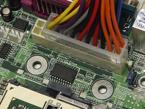 虽然这款主板使用了服务器电源接口,普通20针电源也可以使用,并且