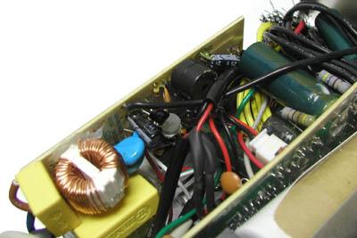 这块单独的ups控制电路版,可以看到上面还有一个蜂鸣器,供报警使用.